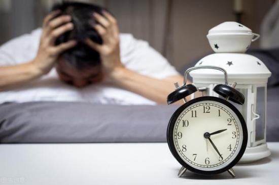 """爱熬夜的年轻人催生了""""睡眠经济"""",但这些产品真能让你睡着吗?"""
